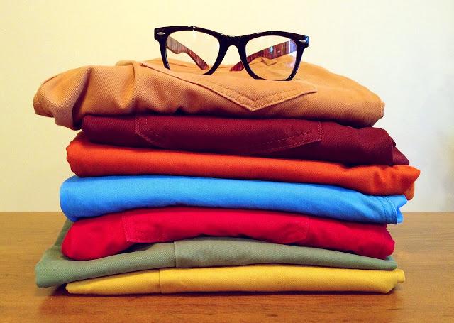 pile de vêtements pliés et rangés