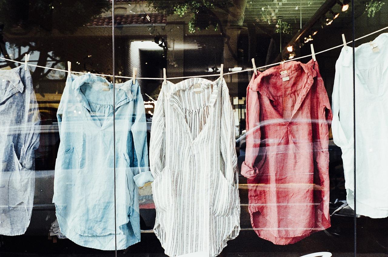 Chemise à la mode pas chères en vitrine