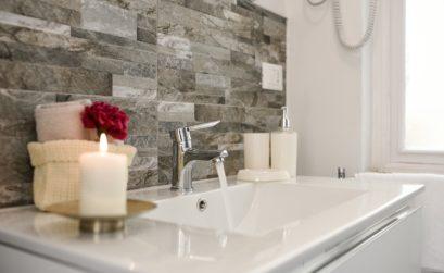 Salle de bain simple et minimaliste
