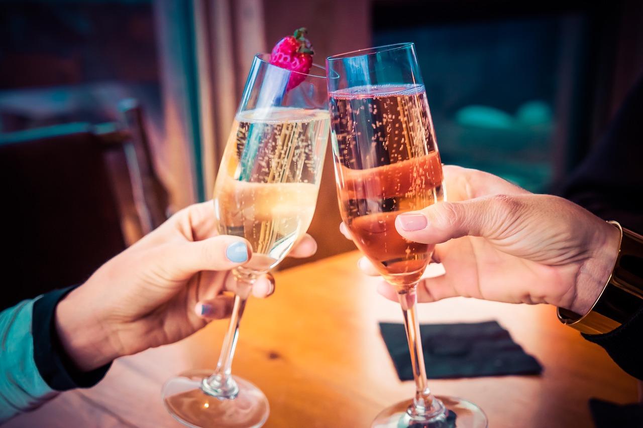 deux personnes entrechoquent leur coupe de champagne pour fêter leur emménagement