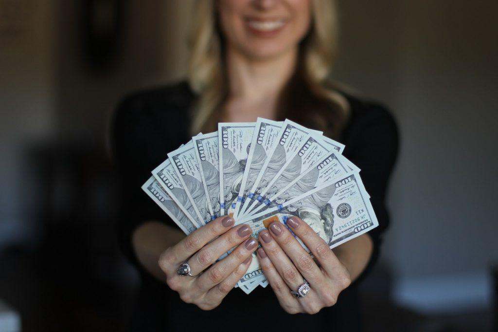 Femme qui tient de l'argent dans ses mains