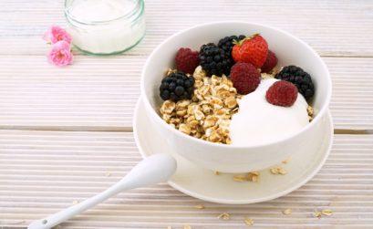 bol de muesli avec des fruits et du yaourt