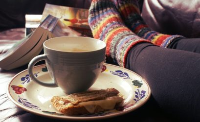 chaussettes en laine, pâtisserie, café, livres, être confortable chez soi
