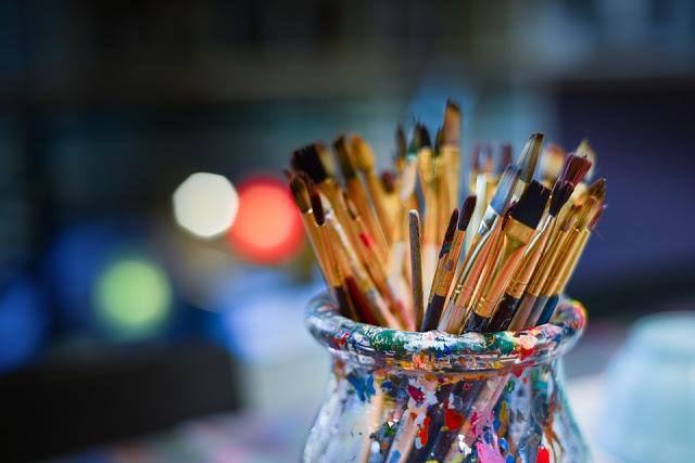 Un pot de pinceaux pour un esprit créatif