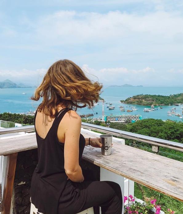 Laura s'est offert une vie au soleil avec vue sur la plage grâce au minimalisme