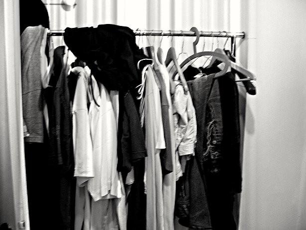 portant de vêtements mal rangés soldes
