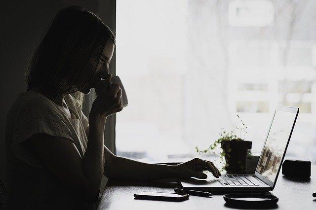 Femme entrepreneure qui travaille chez elle