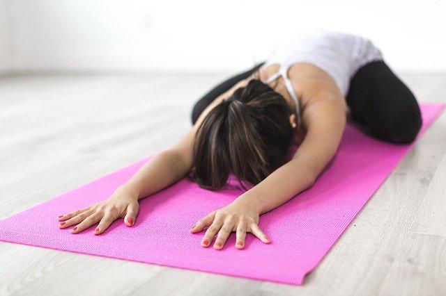 Femme qui pratique le yoga