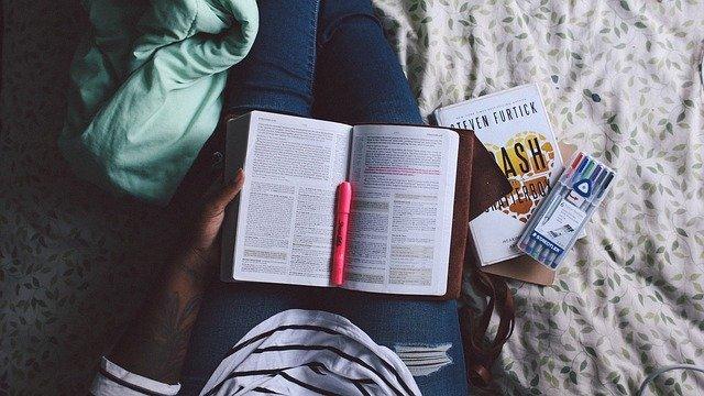 Personne qui lit et étudie dans son lit