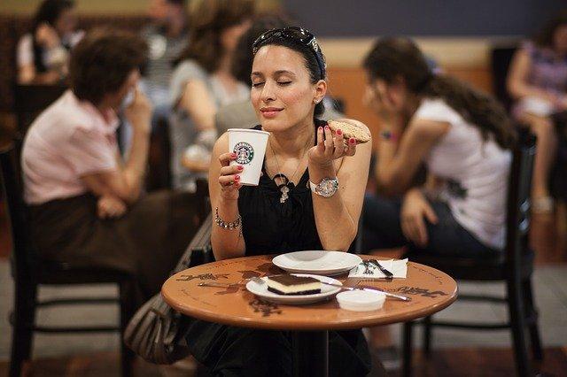 Femme qui fait une pause dans un café