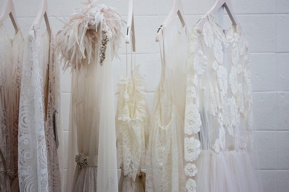 Garde robe minimaliste monochrome blanche
