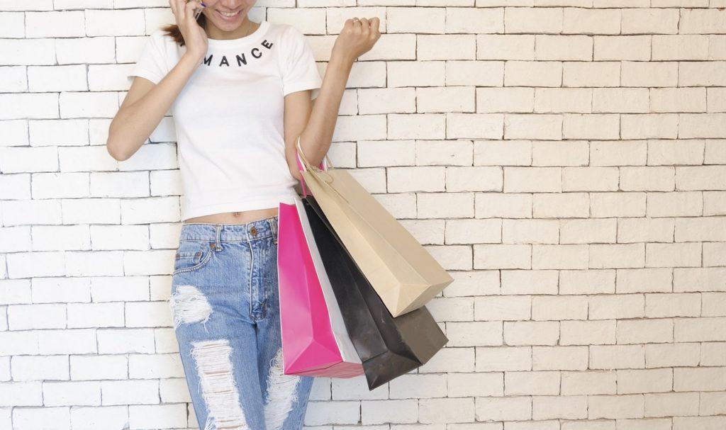 Femme qui cherche le bonheur en faisant du shopping