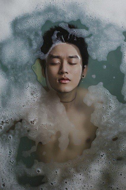 Homme asiatique qui prend un bain