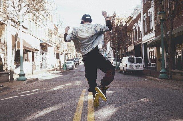 Homme qui danse le hip hop en rue