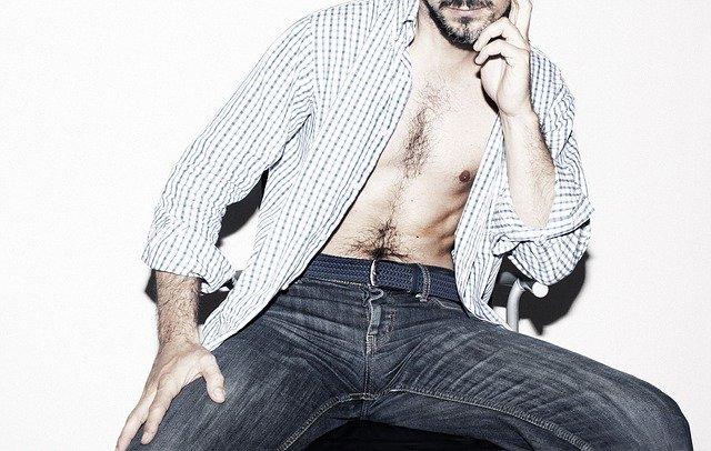Homme chemise ouverte sur torse nu